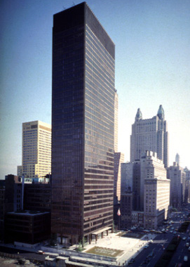 Seagram Building (New York City, NY, U.S.A.) by Ludwig Mies van der Rohe (1957).