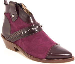 Sapataria do Carmo Boots Midseason violet boots with an avanguardist line: €230.