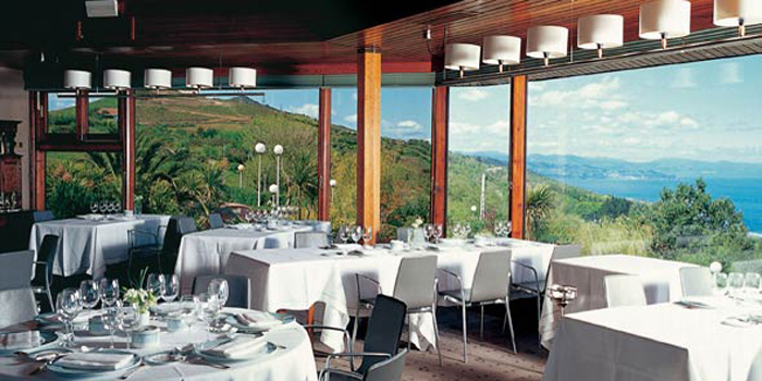 Restaurant Akelaŕe, Paseo Padre Orcolaga, 56, 20008 Donostia-San Sebastián, Gipuzkoa, Spain.
